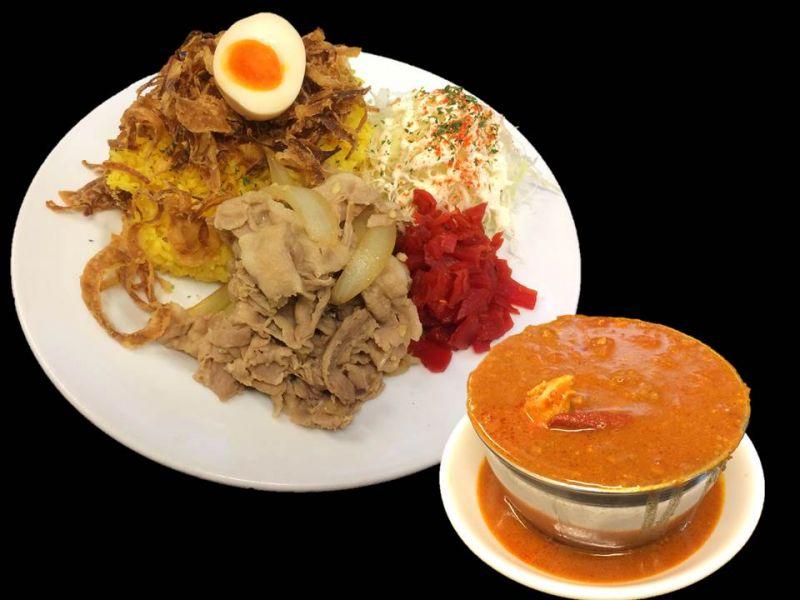 赤い鶏カレーガリ豚のせ弁当(チキン)