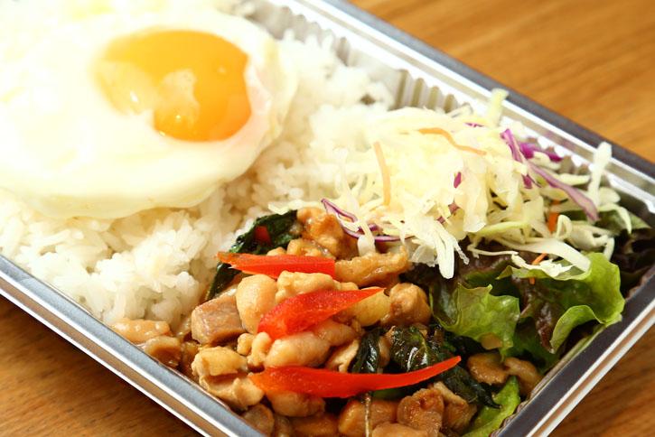 タイ風鳥バジル炒めと目玉焼き(スープ付)