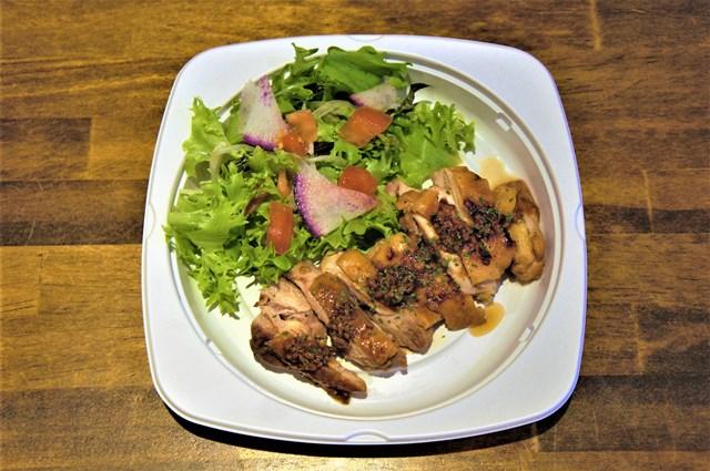 塩麴漬け鶏もも肉のステーキ(醤油麹ソース)