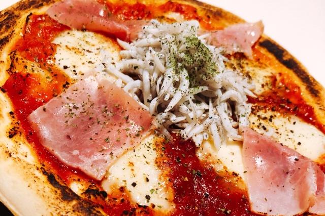 生ハムとしらすのピザ
