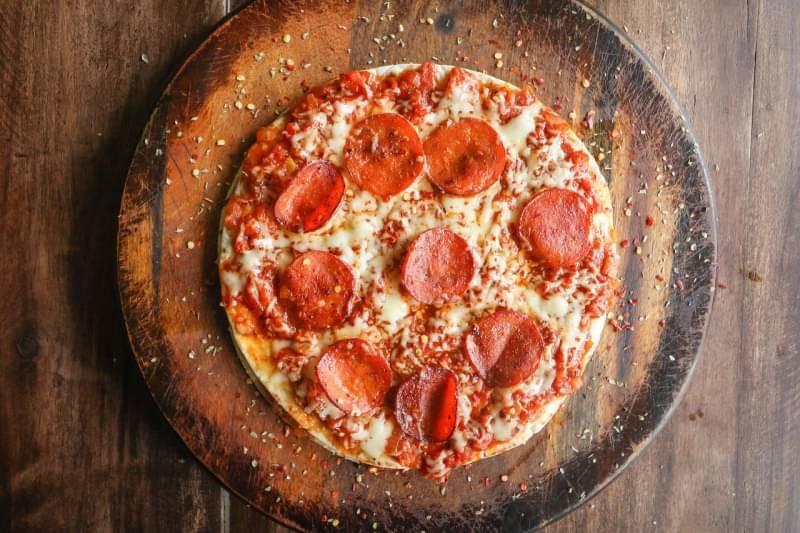 サラミとチーズたっぷりピザ