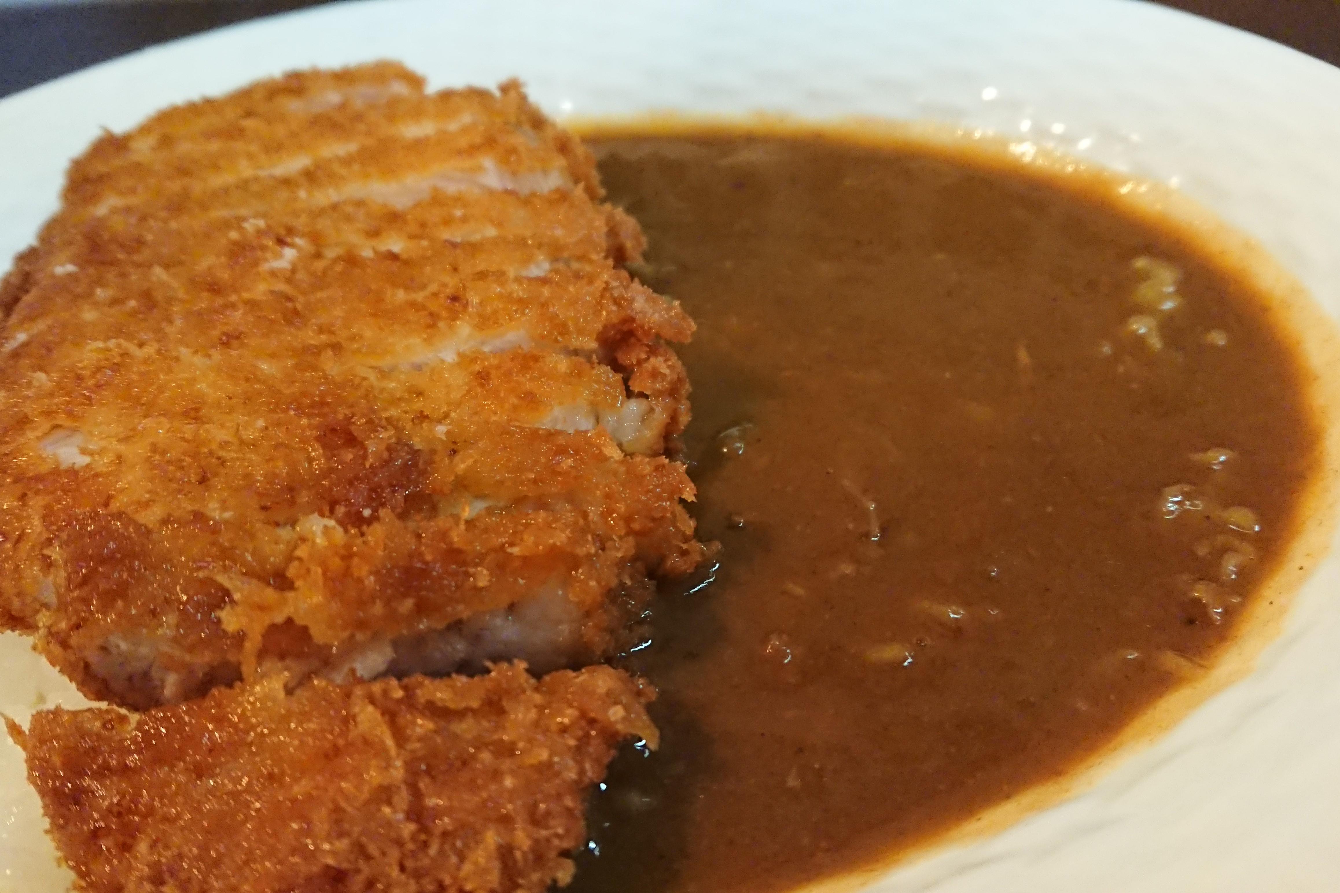 宮崎県産和豚を生パン粉で優しく揚げた「カツカレー」