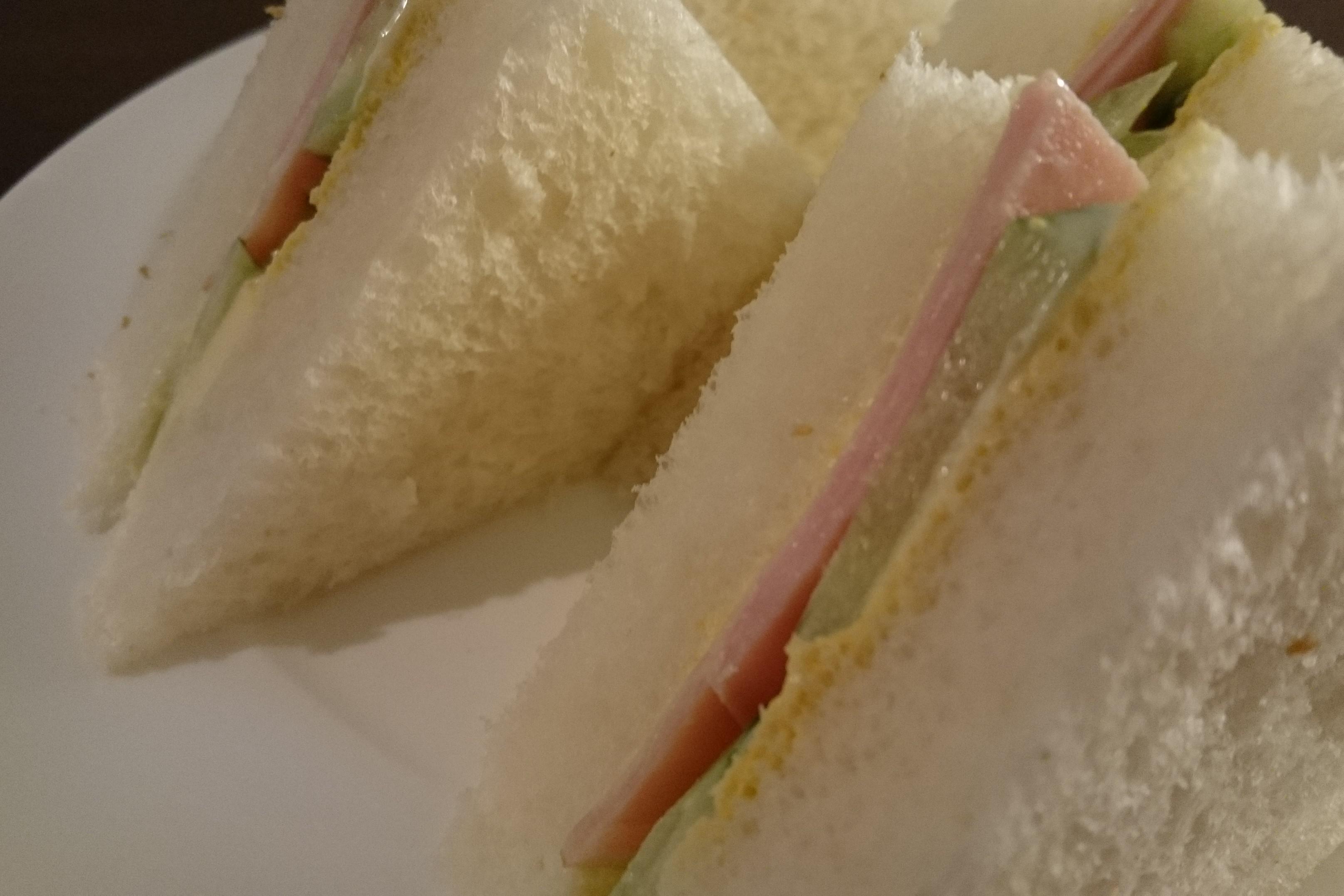 きゅうりが主役。「ハムときゅうりのサンドイッチ」