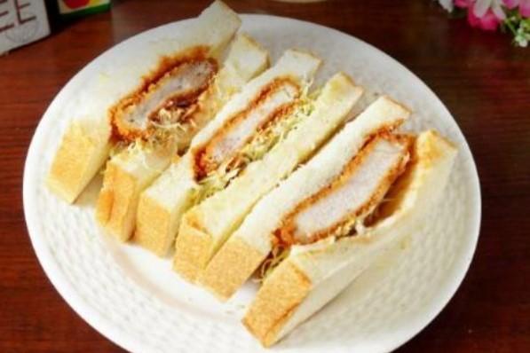 宮崎県産和豚を生パン粉で優しく揚げた「カツサンド」