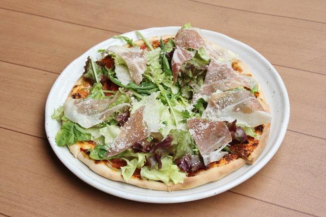 野菜と生ハムのピザ