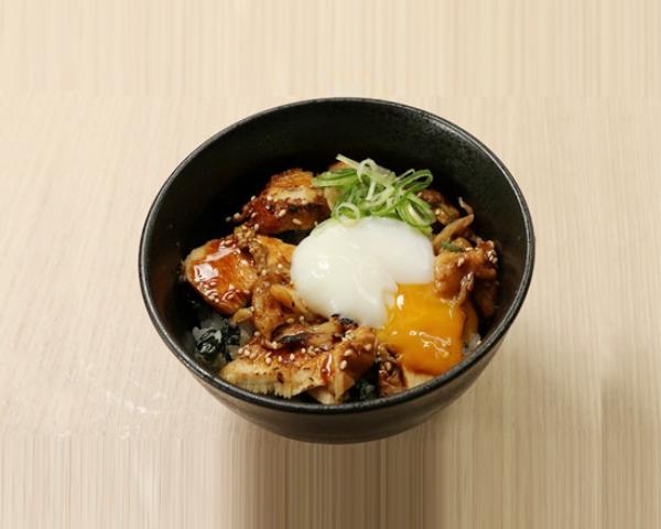 ミニ炙り鶏チャーシュー半熟玉子丼 Mini Size Roasted Chicken Rice Bowl with Soft-boiled Egg