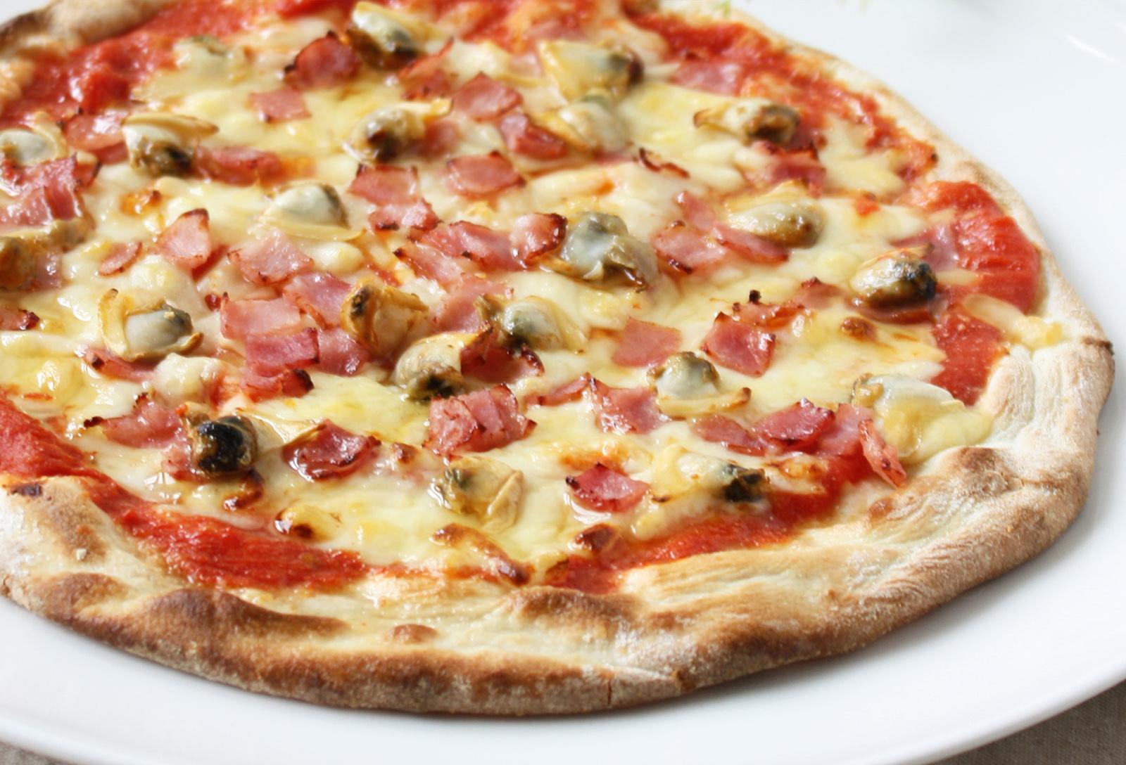 あさりとトマトのピザ