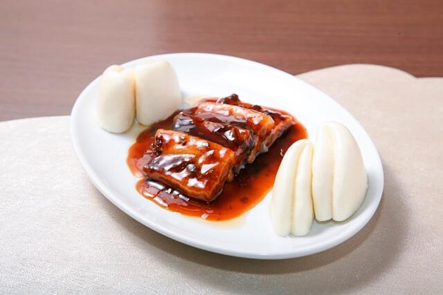 中国漬菜入り角煮 蒸しパン添え