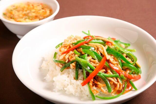 チンジャオロース丼(スープ付き)