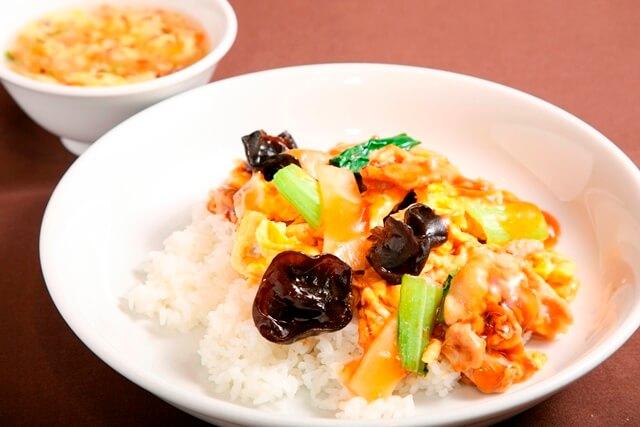 キクラゲと豚肉の玉子炒め丼(スープ付き)