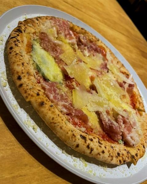 生ハムとグラナパダーノのピッツァ