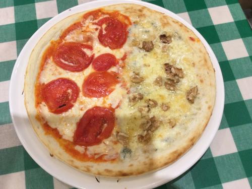 ピザ : マルゲリータ&ゴルゴンゾーラはちみつ【ハーフ&ハーフ】